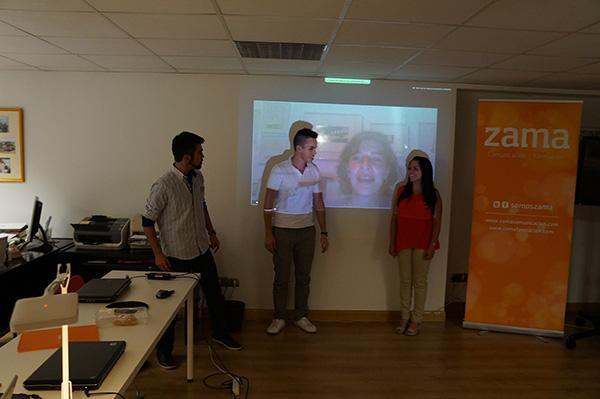 Lara interactuando con los participantes